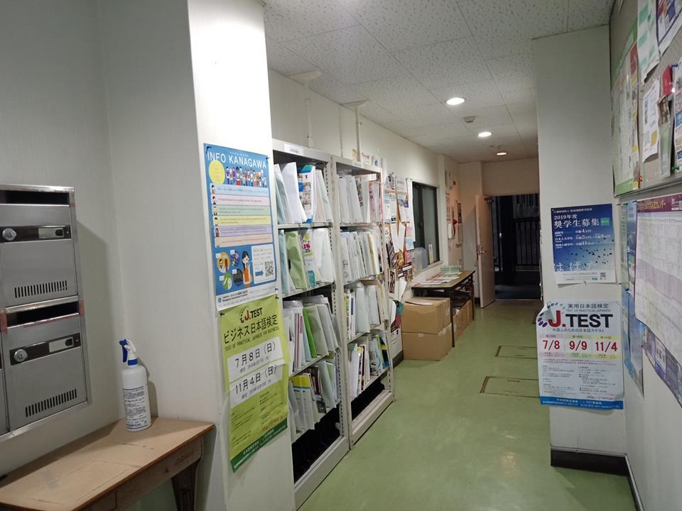 走廊放置升學資訊